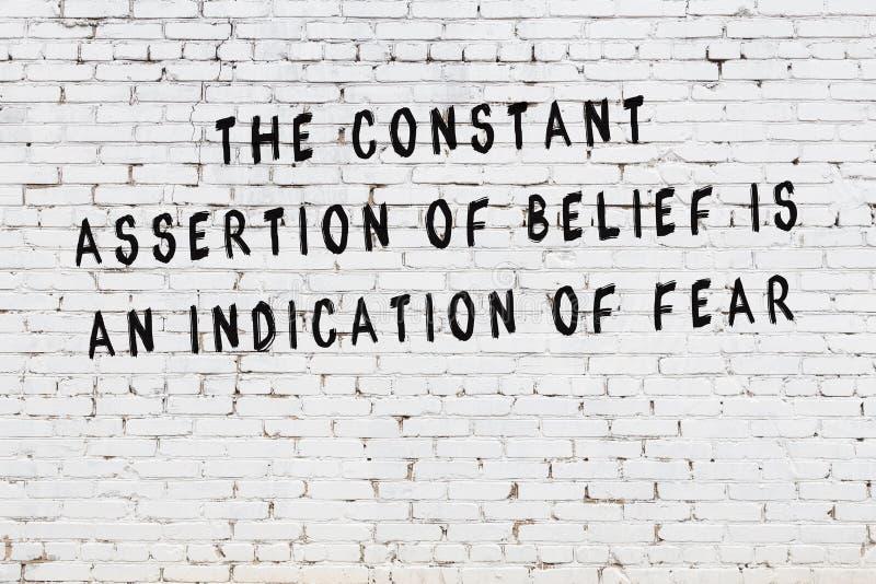 Mur de briques blanc avec l'inscription de motivation noire peinte de citation illustration de vecteur