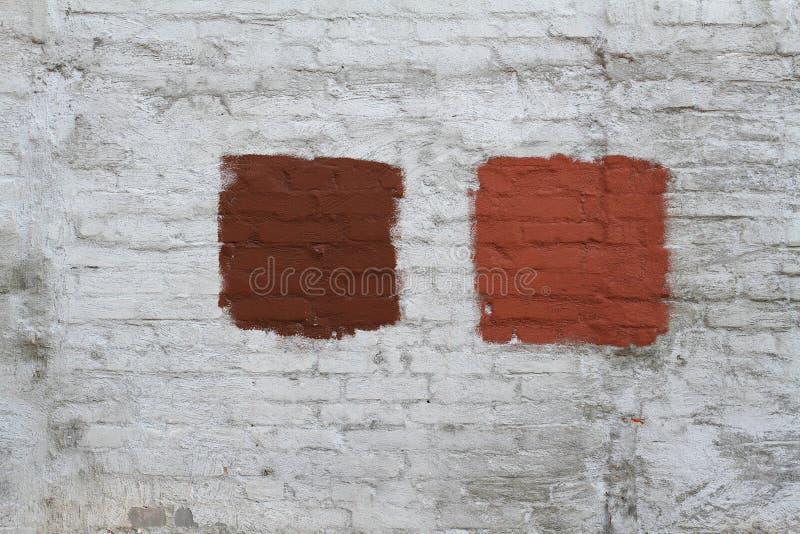 mur de briques Blanc-gris avec la tache peinte par rouge photo libre de droits