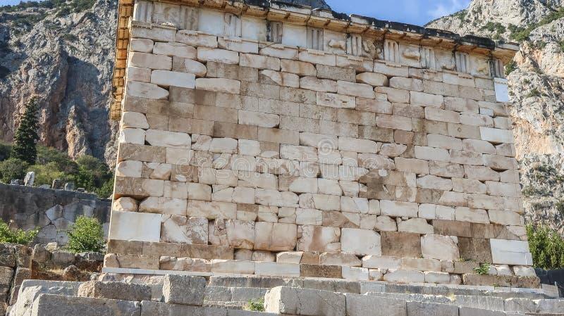 Mur de briques du trésor athénien à Delphes images stock