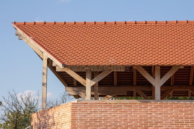Mur de briques et toit rouges images stock