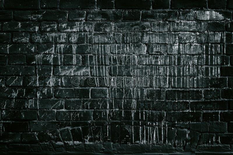 Mur de briques noir trempé en peinture blanche - backgroun grunge foncé photos libres de droits