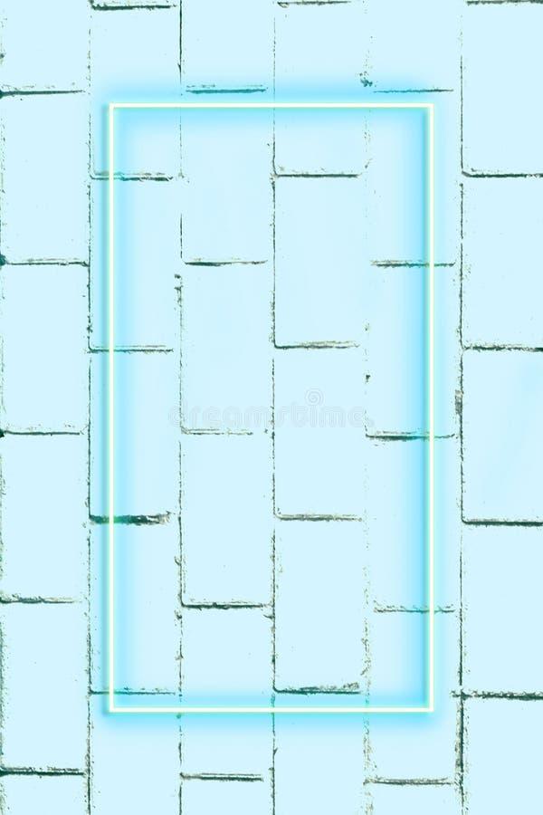 Mur de briques réaliste, fond, lampe au néon, l'espace libre pour le texte photos stock