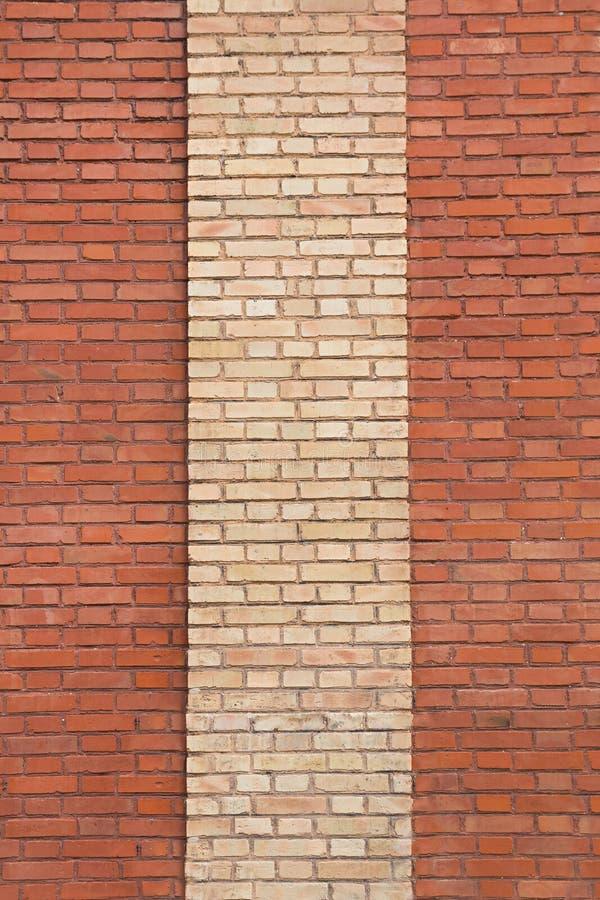 Mur de briques rouge avec la rayure beige photographie stock