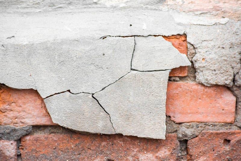 Mur de briques rouge dans les fissures image libre de droits
