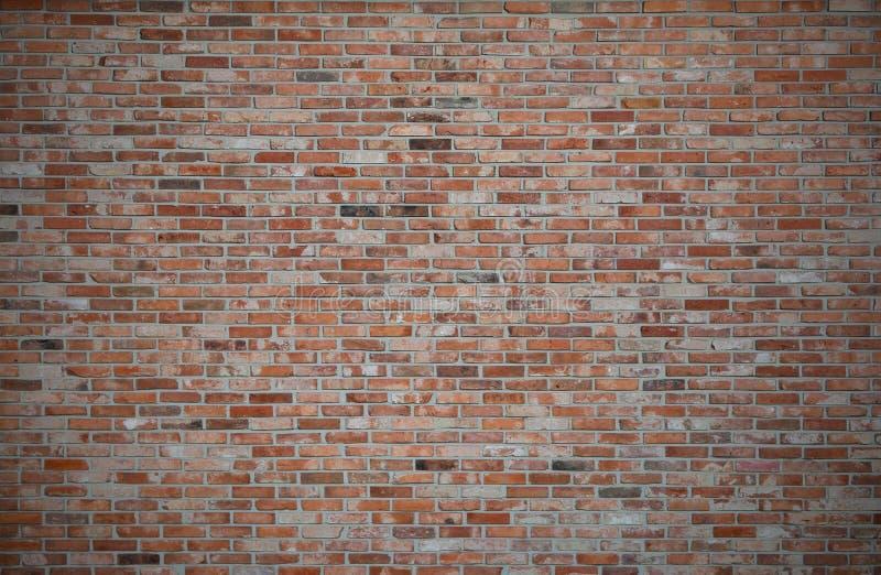 Mur de briques rouge ou vieux brun foncé, barrières oranges de brique, RU sale photographie stock