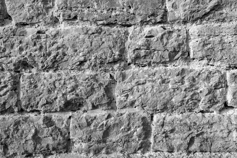 Mur de briques rugueux en noir et blanc images stock