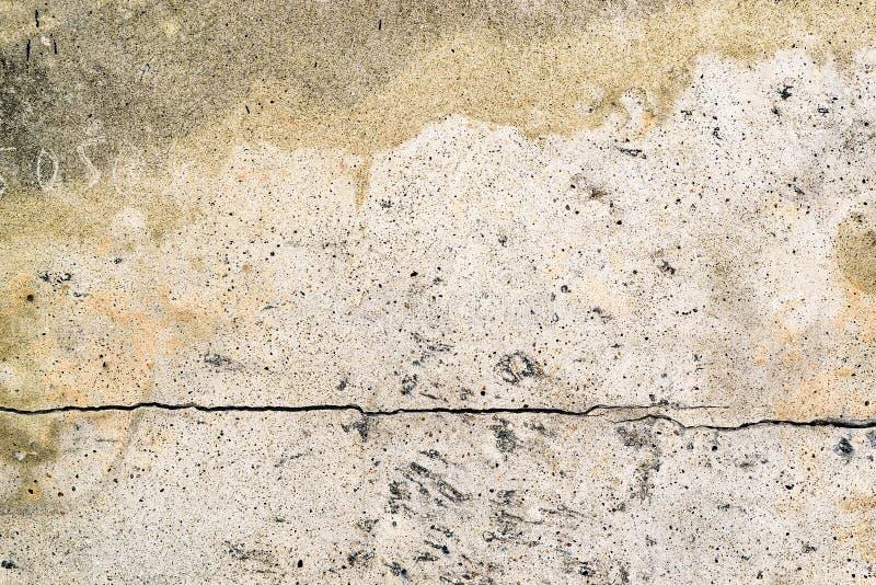Mur de ciment avec une fente photos stock