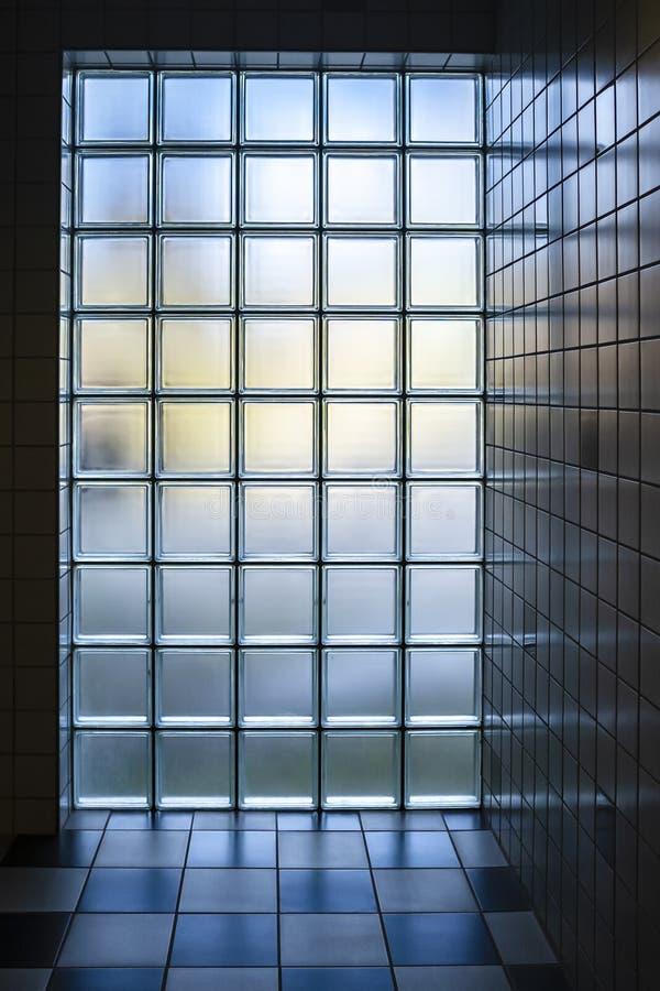 Mur de couleur mate de briques en verre par lequel la lumière du jour, à l'intérieur de la salle de bains photos libres de droits