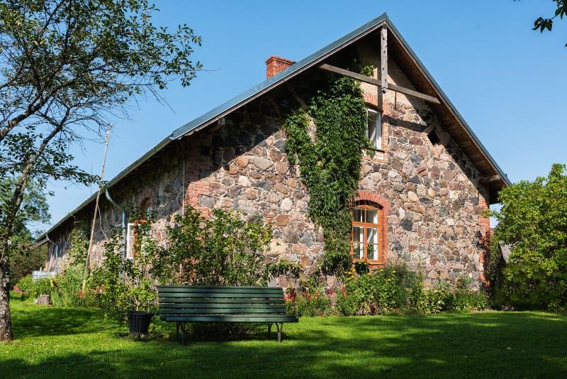 Mur de façade de maison letton traditionnelle photo stock