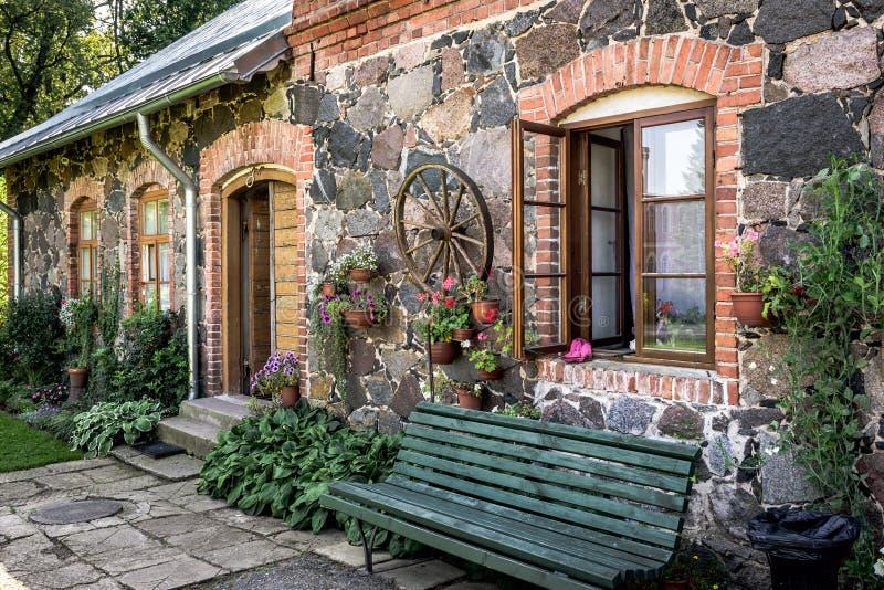Mur de façade de maison letton traditionnelle photos libres de droits