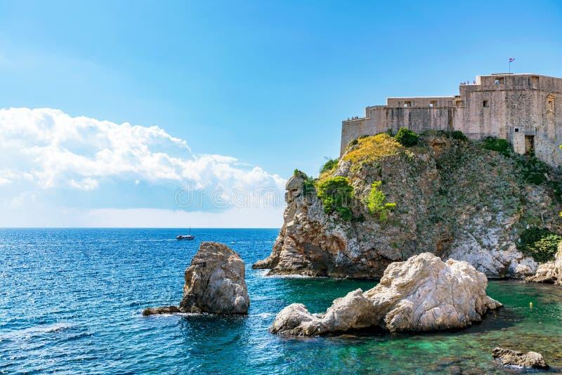 Mur de forteresse de Lovrijenac avec le ciel bleu photos libres de droits