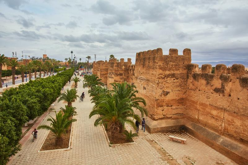 Mur de forteresse, route et trottoir, Taroudant photos stock