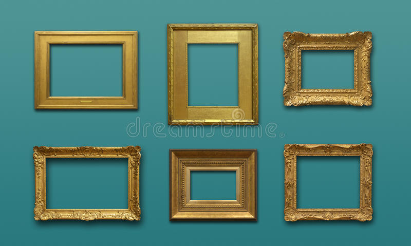 Mur de galerie avec des cadres d'or photo libre de droits