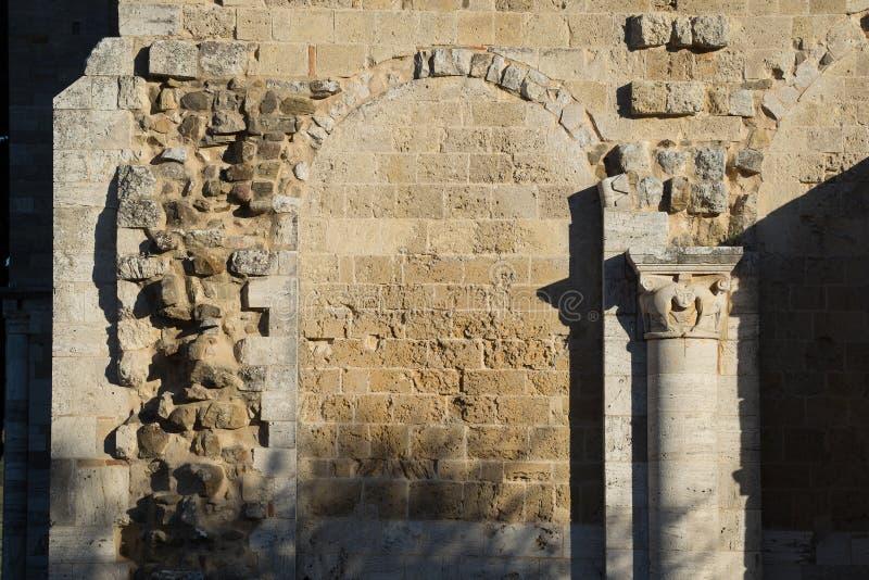 Mur de grès avec un portail et une colonne photo stock