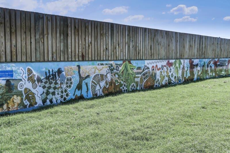 Mur de graffiti à un nouveau centre commercial image libre de droits