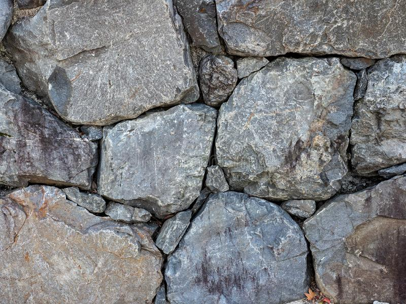 Mur de granit dedans en parc au Japon images libres de droits
