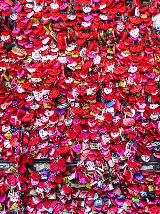 Mur de l'amour avec des pendentifs de coeur photo libre de droits