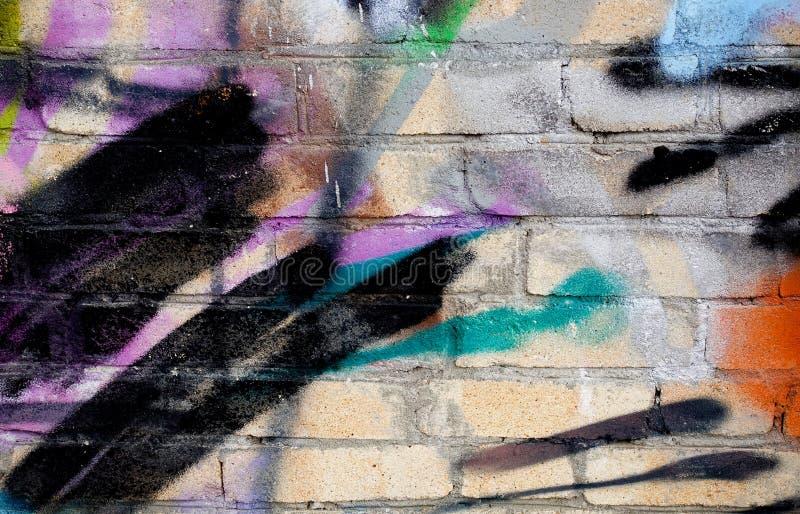 Mur de la rue art abrégez le fond Murs de briques chaotiquement peints avec la peinture multicolore photographie stock libre de droits