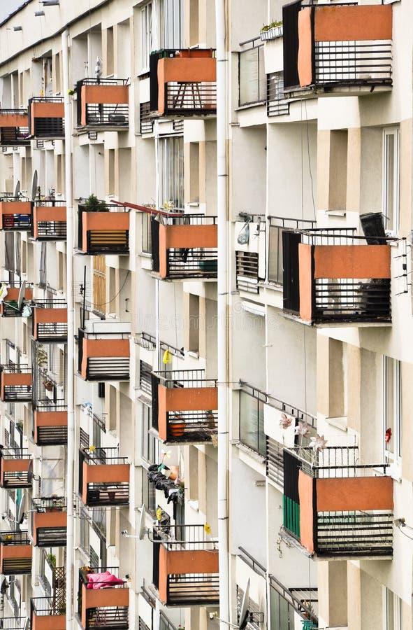 Mur de maison de rapport - lignes des balcons photos libres de droits