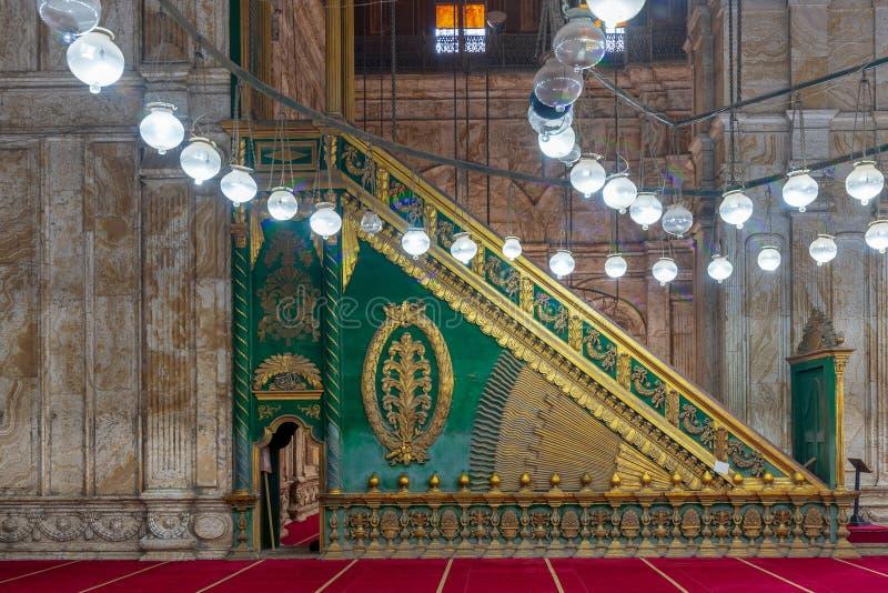 Mur de marbre décoré d'albâtre avec la plate-forme en bois verte Minbar à la grande mosquée de Muhammad Ali, citadelle du Caire,  images libres de droits