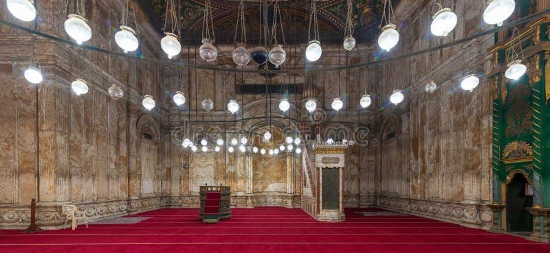 Mur de marbre d'albâtre avec le Mihrab de créneau et plate-forme Minbar à la mosquée de Muhammad Ali Pasha, citadelle du Caire, E photographie stock libre de droits