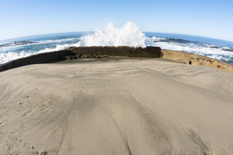 Mur de mer bloquant la vague images stock