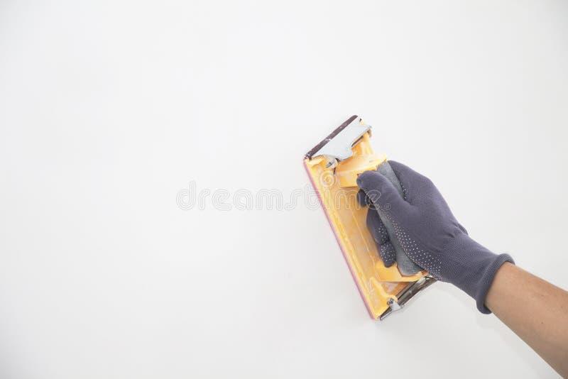 Mur de meulage de main avec le papier sablé photographie stock