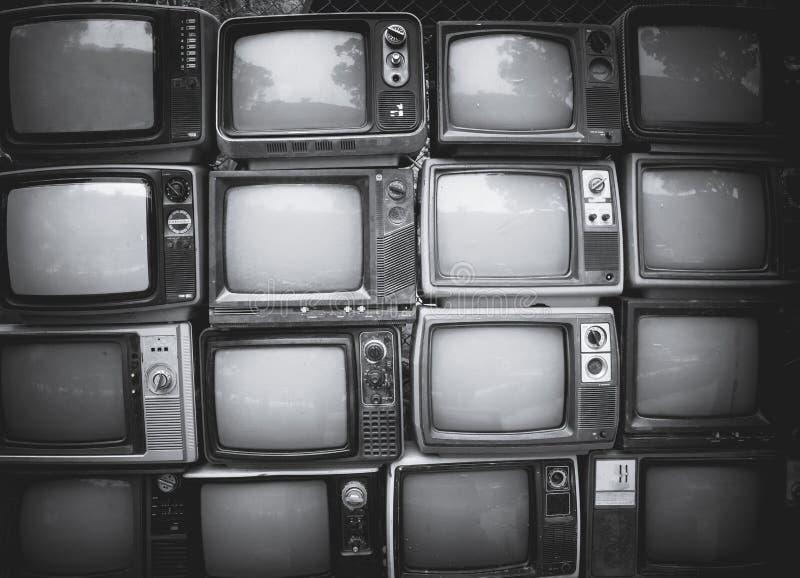 Mur de modèle télévision noire et blanche de pile de rétro photographie stock
