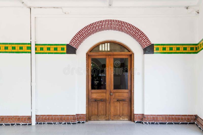 Mur de mosaïque de Colorfull avec la porte en bois images libres de droits