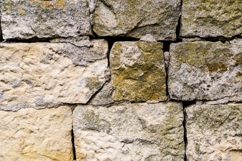 Mur de nafragment de plan rapproché de pierre ébréchée, murs de roche, envahis photo libre de droits