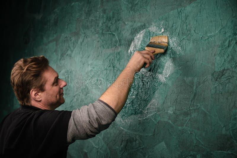 Mur de peinture avec la brosse L'Ukraine, janvier 2019 illustration stock