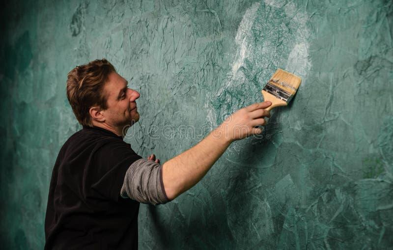 Mur de peinture avec la brosse L'Ukraine, janvier 2019 illustration libre de droits