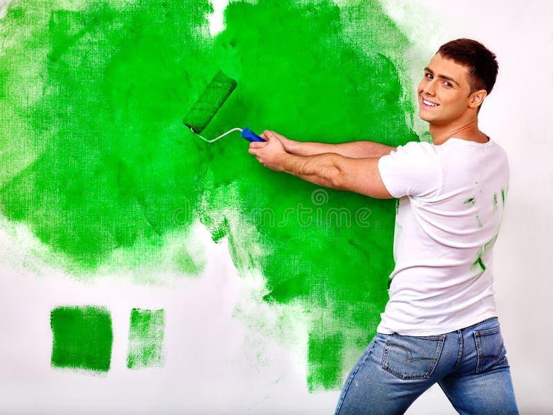Mur de peinture d'homme à la maison image libre de droits
