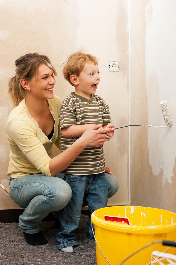 Mur de peinture de famille de maison neuve photo stock