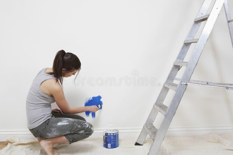Mur De Peinture De Femme Avec Le Pinceau  La Maison Photo Stock