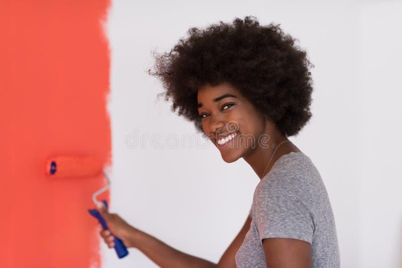 Download Mur De Peinture De Femme De Couleur Photo stock - Image du africain, occasionnel: 87702024