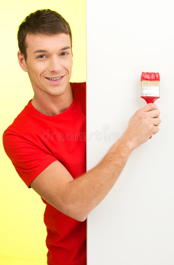Mur de peinture de jeune homme en rouge photographie stock libre de droits