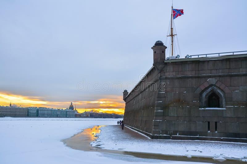 Mur de Peter et de Paul Fortress au coucher du soleil St Petersburg photos libres de droits