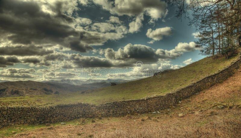 Mur de pierres sèches et nuages photo libre de droits