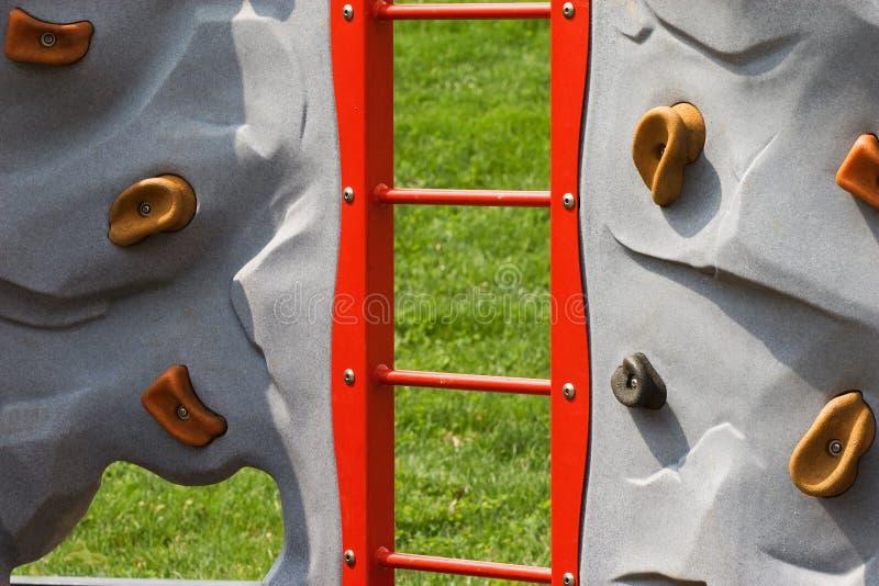 Mur de roche à la cour de jeu des enfants images stock