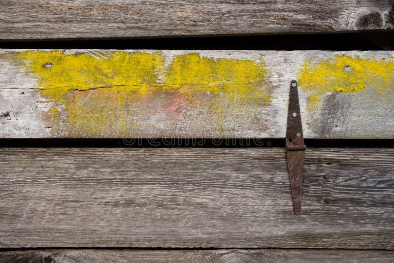 Mur de rondin avec Rusty Hinge image libre de droits