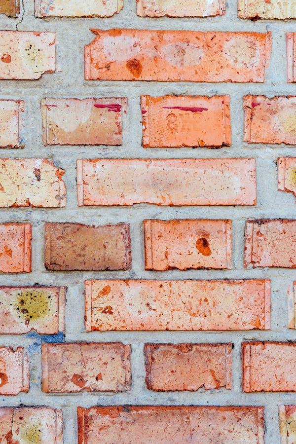 Mur de rouge orange de brique Modèle vertical des briques de bâtiment avec des couches de ciment image libre de droits