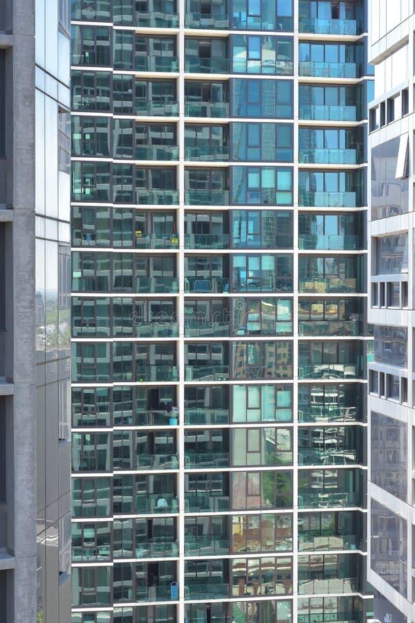 Mur de verre avec des appartements et des balcons photo libre de droits