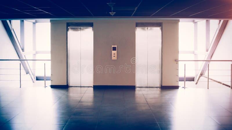 Mur de verre avec deux ascenseurs dans l'immeuble de bureaux, il y a images libres de droits