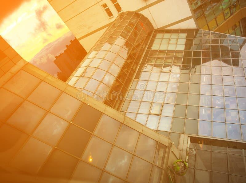 Mur de verre dans dans l'immeuble de bureaux photographie stock