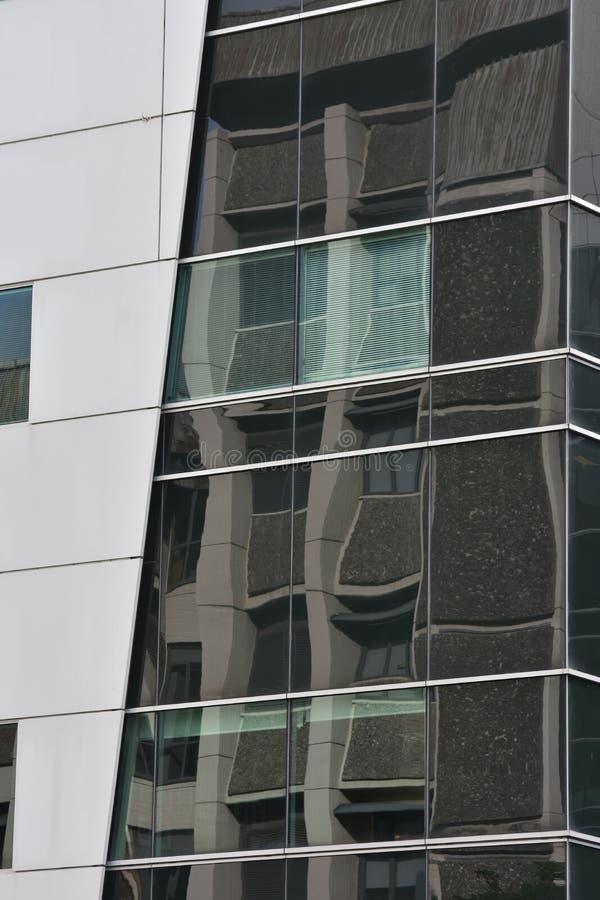 Mur de verre réfléchissant de l'immeuble de bureaux images libres de droits