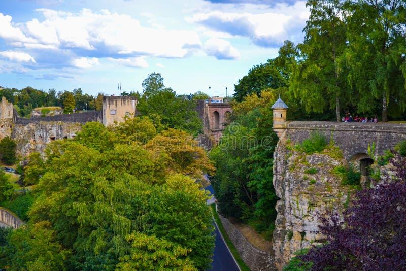 Mur de vieille ville de la ville du Luxembourg, Luxembourg, avec les arbres verts photos stock
