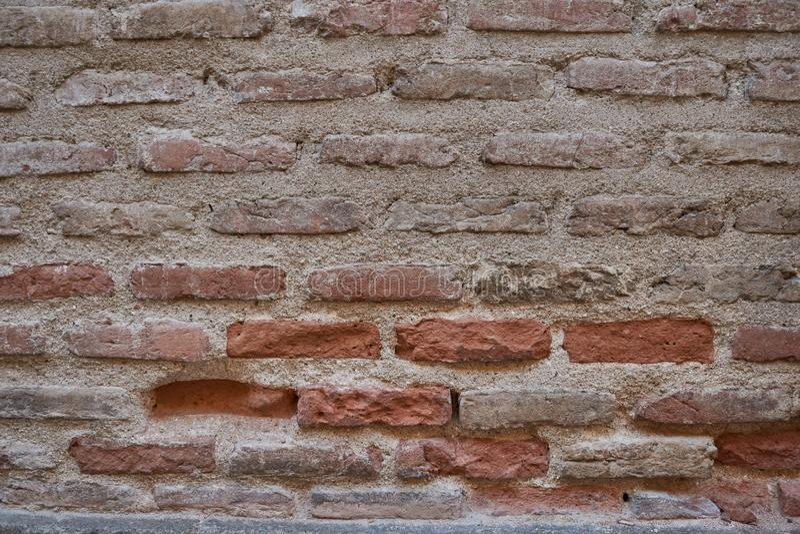 Mur de vieilles briques brunes et rouges Abrégez la texture de fond image stock