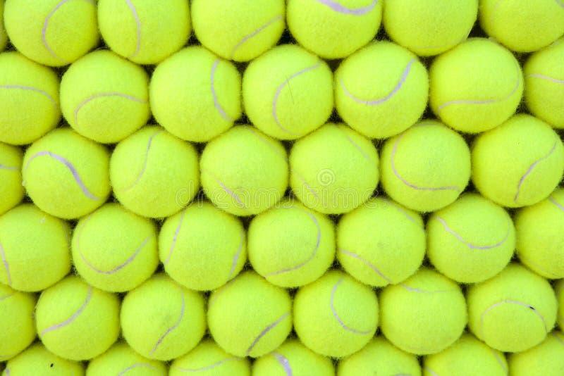 Mur des balles de tennis alignées - fond photo stock