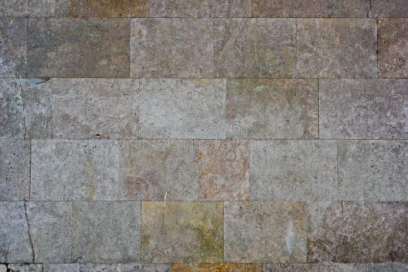 Mur des blocs de marbre avec des fissures images stock